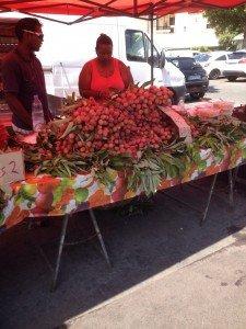 C'est la pleine saison des litchis. 2euros le kg. Vendus avec leurs feuilles pour garantir leur fraîcheur.